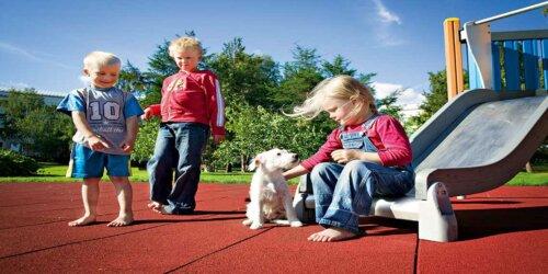 Spielplatz mit recycltem Bodenbelag, Altreifen Recycling, Gummi-Recycling und Kreislaufwirtschaft