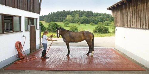 Pferdestall Bodenbelag aus Recycling-Material, Altreifen Recycling, Gummi-Recycling und Kreislaufwirtschaft