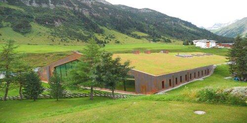 Klimaaktiv mit Dachbegrünung, Altreifen Recycling, Gummi-Recycling und Kreislaufwirtschaft